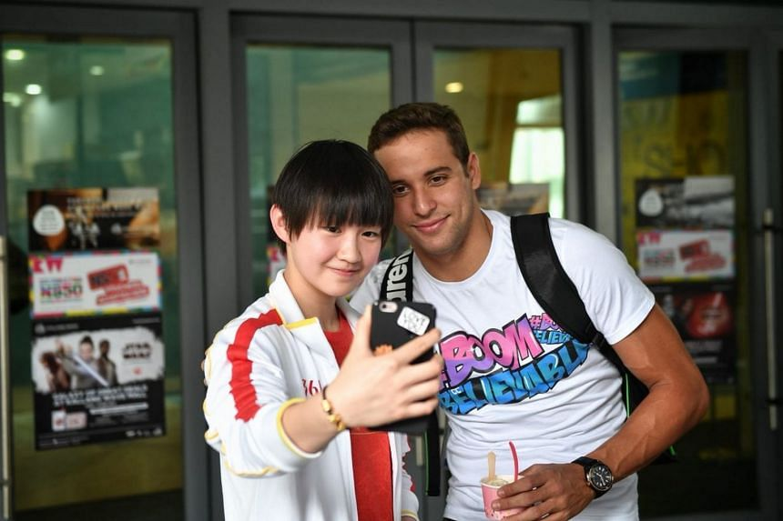 Chinese swimmer Li Bingjie taking a wefie with Chad le Clos after the Fina World Cup press conference.