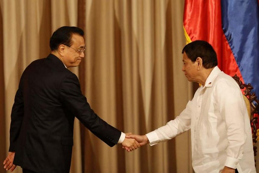 """Presidential spokesman Harry Roque said that President Rodrigo Duterte (right) told Chinese Prime Minister Li Keqiang (left) he was giving China """"the privilege to operate the third telecommunications carrier in the country""""."""