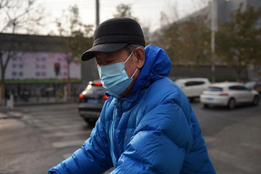 A man wears a face mask to combat the poor air quality covering Beijing on Nov 21, 2017. Beijing issued a blue alert for heavy air pollution, forecasting smog, on Nov 20, 2017.