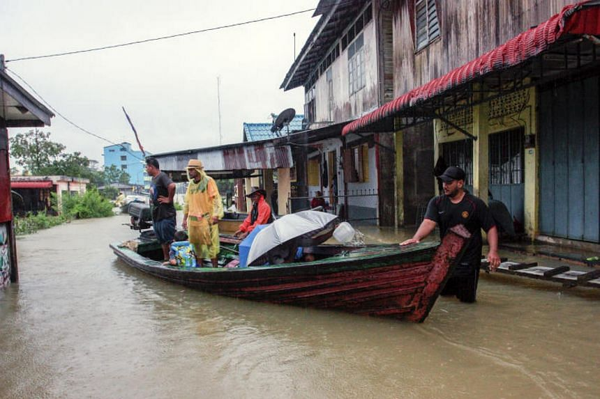 Malaysians living on the border between Malaysia and Thailand still using chartered boats to visit Thailand even though the Golok river broke its banks near Rantau Panjang today.