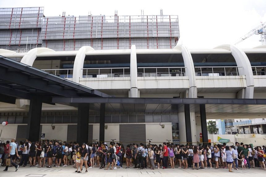 Hundreds queue for Gong Cha at its new outlet at SingPost Centre on Dec 1, 2017.