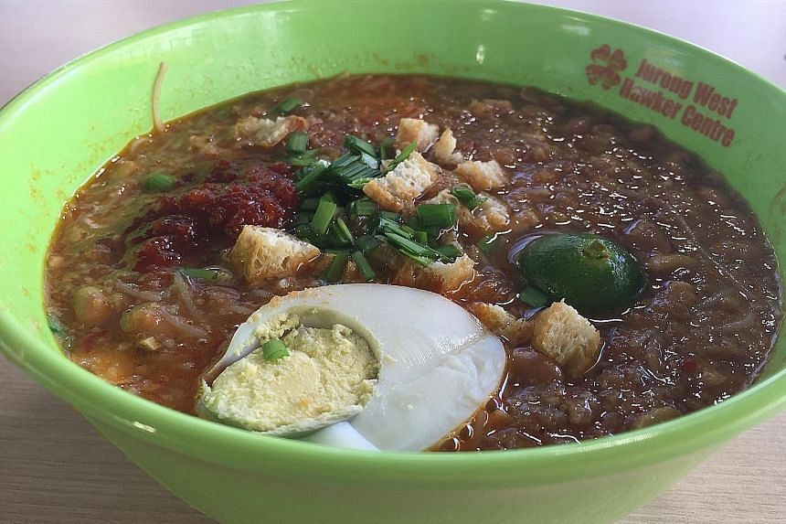 The mee siam gravy is slightly spicy, tangy and sweet, and has added flavour with tau cheo (fermented soya bean), ground peanuts and sambal.