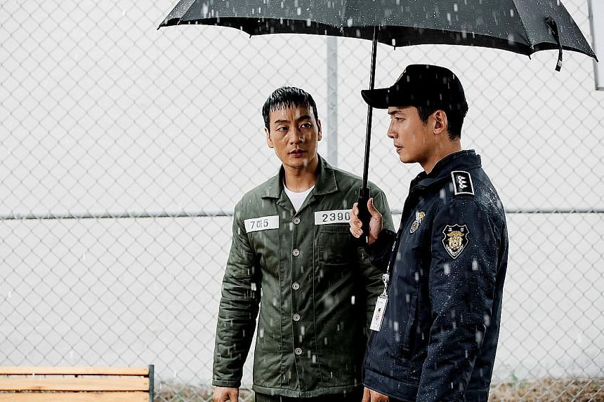 In Prison Playbook, a baseball star (Park Hae Soo, far left) lands in jail and meets his old friend, now a correction officer (Jung Kyung Ho).