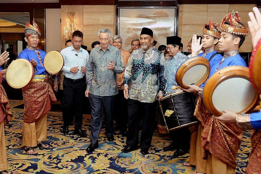 A traditional kompang troupe giving Prime Minister Lee Hsien Loong, Minister-in-Charge of Muslim Affairs Yaacob Ibrahim, Masjid Khalid chairman Haji Allaudin Mohamed (next to PM Lee) and Mufti Fatris Bakaram a rousing welcome, as the mosque held its