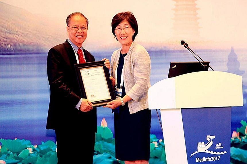 Dr Lun Kwok Chan accepting the Francois Gremy Award of Excellence from current International Medical Informatics Association president Park Hyeoun Ae at the MedInfo 2017 opening ceremony in Hangzhou, China, on Aug 22.