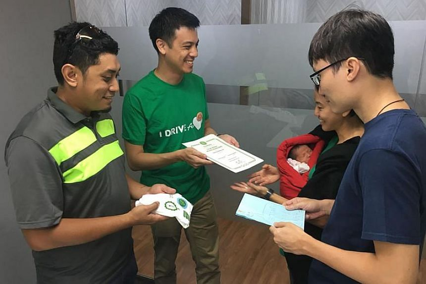 Head of GrabCar Singapore Andrew Chan presented Mr Reuben Chow and Madam Cindy Lim with a Grab voucher worth $8,000 and also awarded GrabCar driver Mohammad Fazli Omar with fuel vouchers worth $800.