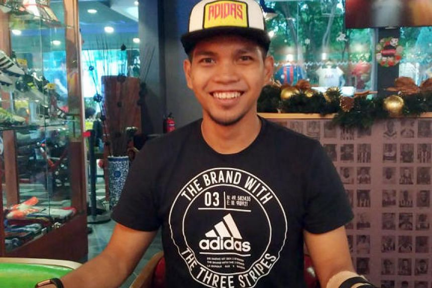 Lions goalkeeper Izwan Mahbud is all smiles after penning his contract with Thai League 2 side Nongbua Pitchaya.