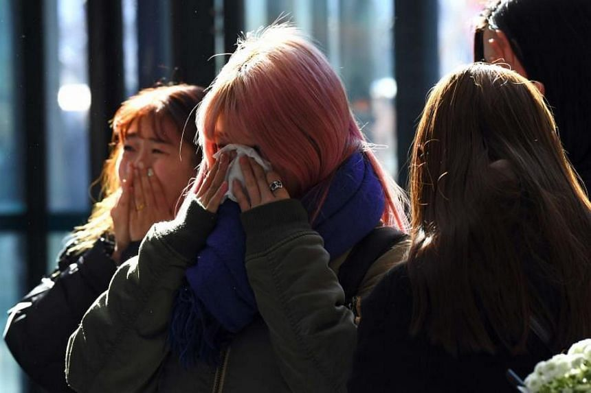 Tearful fans gather to visit the mourning altar for Kim Jong Hyun at a hospital in Seoul on Dec 19, 2017.