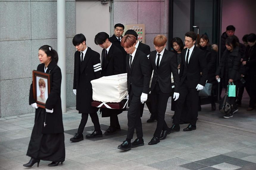SHINee members Taemin, Key and Onew, as well as Super Junior's Leeteuk, Eunhyuk and Donghae, carry out the coffin of the late SHINee singer Kim Jong Hyun.