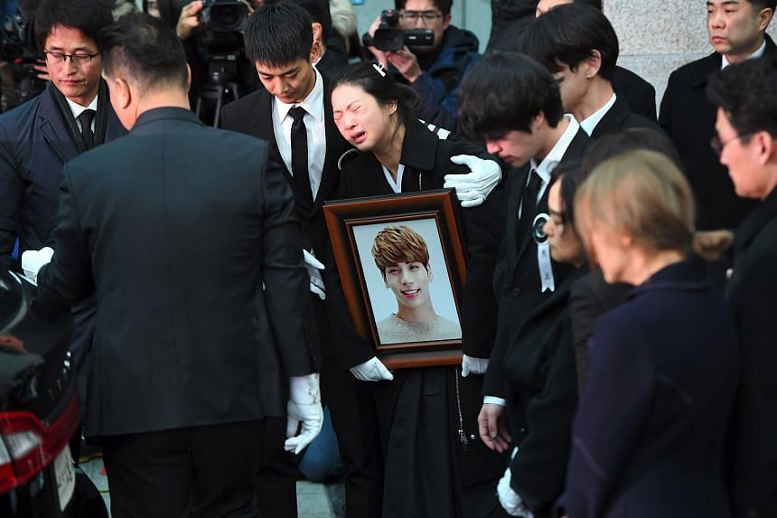 SHINee's Minho comforts the late Kim Jong Hyun's sister during the funeral at a hospital in Seoul on Dec 21.