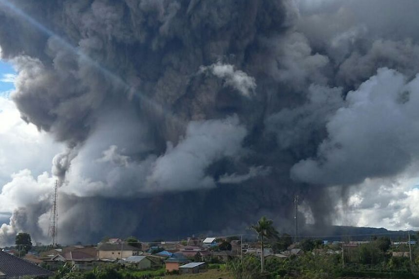 Indonesia's Sinabung volcano in northern Sumatra province erupted again on Dec 27, sending hot clouds into the sky.