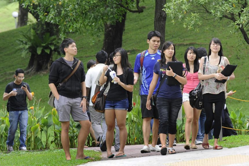 ee07e568a A forum letter published in The Straits Times criticised university  students for wearing slippers, shorts