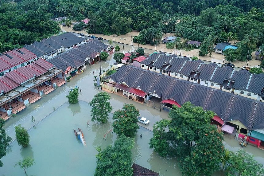 The flood situation in Pahang worsened yesterday, with the number of people seeking shelter more than doubling to 4,851 as of yesterday evening, from 2,061 yesterday afternoon.