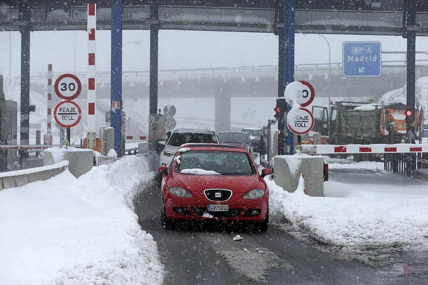 Spanish army personnel working to unblock cars stuck on the AP6 highway on Jan 7, 2018, after a heavy snowfall.