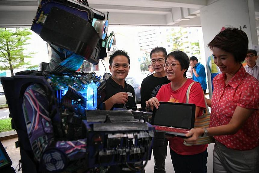 HP Singapore managing director Mr Lionel Chng (left) and MP for Chua Chu Kang GRC (Bukit Gombak) Ms Low Yen Ling with Bukit Batok residents before recycling their electronic waste during South West Community Development Council's annual trash-for-gro