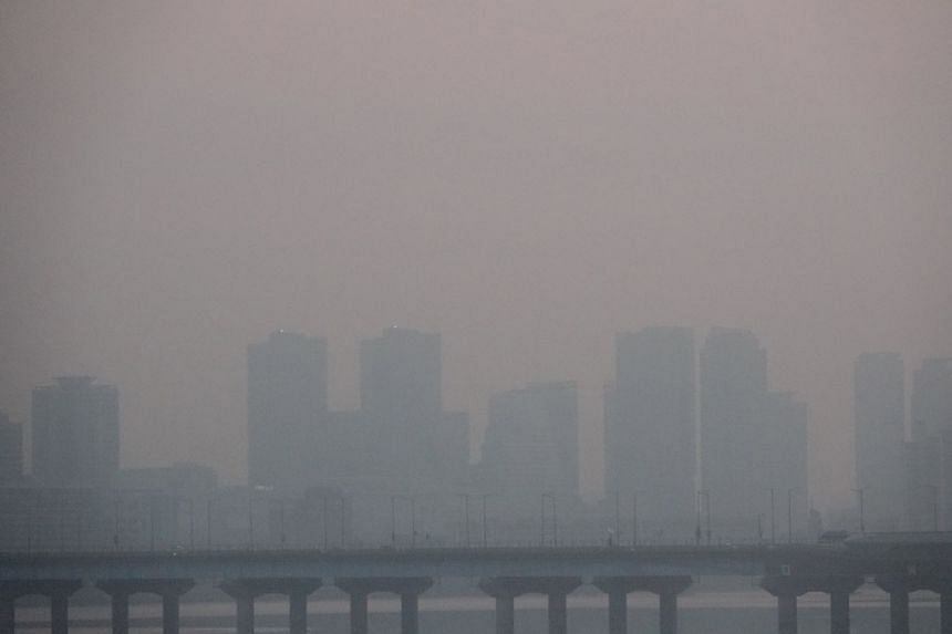 A thick layer of smog that mostly came from China is expected to envelope the capital city and parts of the midwestern regions, including the Chungcheong provinces.