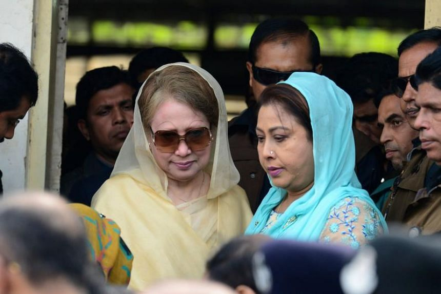 Bangladesh opposition leader Khaleda Zia (centre) leaving a court in Dhaka on Dec 28, 2017.