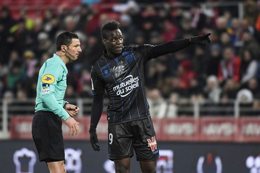 Nice forward Mario Balotelli speaking with referee Nicolas Rainville during his team's Ligue 1 match against Dijon on Feb 10, 2018.