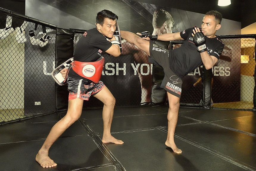 Dejdamrong Sor Amnuaysirichoke (right), whom One Championship has signed for its inaugural kickboxing competition, sparring with muay thai star Namsaknoi Yudthagarngamtorn in May 2015. One aims to have the same pay structure for both mixed martial ar