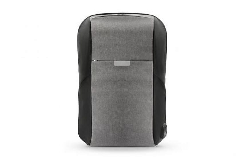 The WiWu OnePack features many interior pockets in two main compartments. The bigger zippered compartment has a detachable organiser with four pockets.