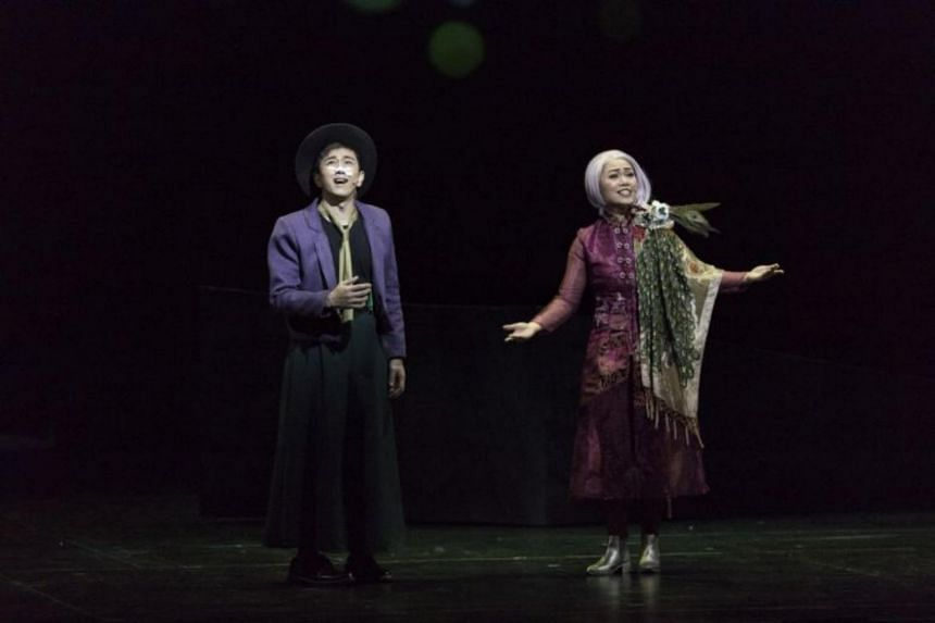"""Singaporean singer-actor Sugie Phua (left) as a wanderer with a mid-life crisis, and Singaporean jazz vocalist Joanna Dong as a food """"expert"""" in the Chinese theatre production I Came At Last To The Seas."""
