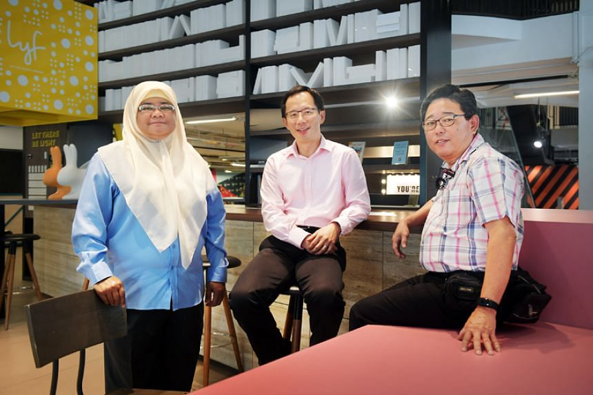 Associate Professor Cheng Shih-Fen (centre) with taxi drivers Zainon Mohamed and Simon Tay. Prof Cheng heads a team behind an app which aims to direct taxi drivers to areas of high street-hail demand.