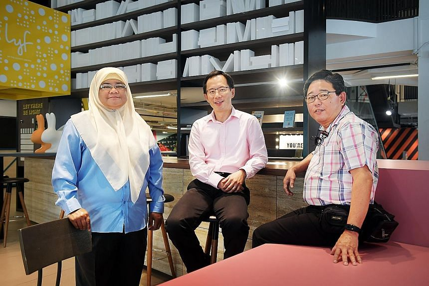 Prof Cheng Shih-Fen (centre) of the Fujitsu-SMU Urban Computing and Engineering Corporate Lab with cabbies Zainon Mohamed and Simon Tay, who have been using the app.