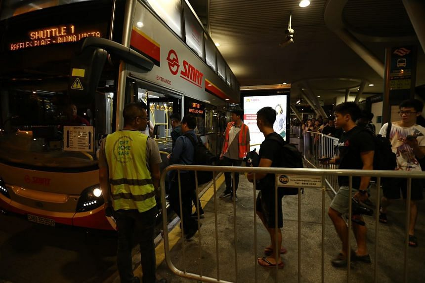 At 11.10pm, about 30 commuters were seen lining up for the SMRT shuttle bus towards Buona Vista with stops at Tiong Bahru, Queenstown and Commonwealth.