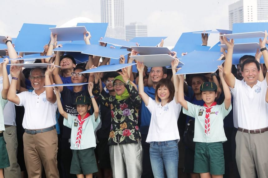President Halimah Yacob (centre) participates with Minister for the Environment and Water Resources Masagos Zulkifli (left), Senior Minister of State for the Environment and Water Resources Dr Amy Khor (third from right), PUB Chief Executive Mr Ng Jo