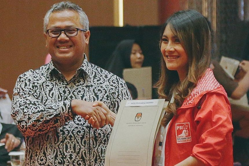 Indonesia Solidarity Party leader Ratu Isyana Bagoes Oka receiving confirmation from an election commission official that her party has been cleared to join the 2019 election.