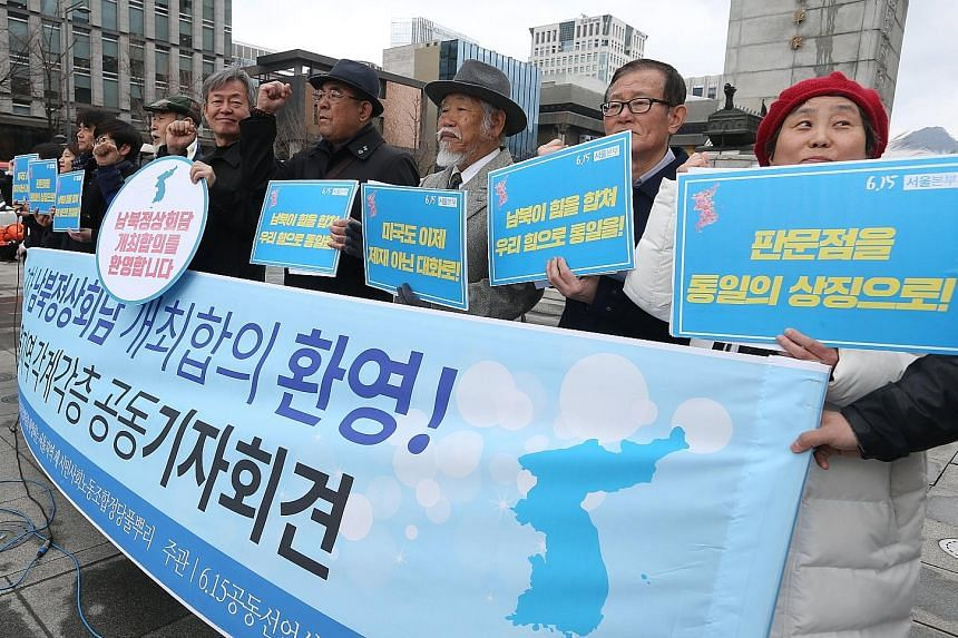 """Members of an opposition group with banners that read """"Welcome inter-Korean Summit"""" in Seoul. The South Korean envoys reached a number of agreements, including plans for an inter-Korean summit, during their trip to the North."""