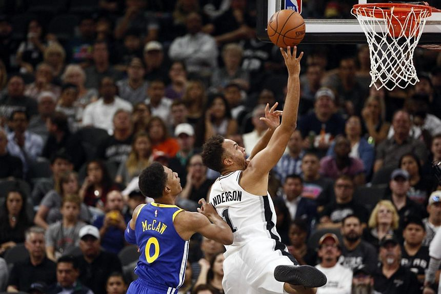 San Antonio Spurs small forward Kyle Anderson shoots the ball past Golden State Warriors shooting guard Patrick McCaw during a match at the AT&T Center on Nov 3, 2017.