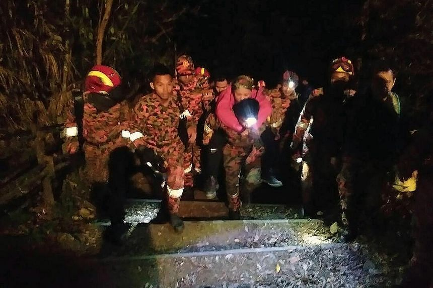 Mountain guides and members of the Mountain Search and Rescue squad were mobilised to evacuate 239 people from Mount Kinabalu after a quake struck on Thursday night.