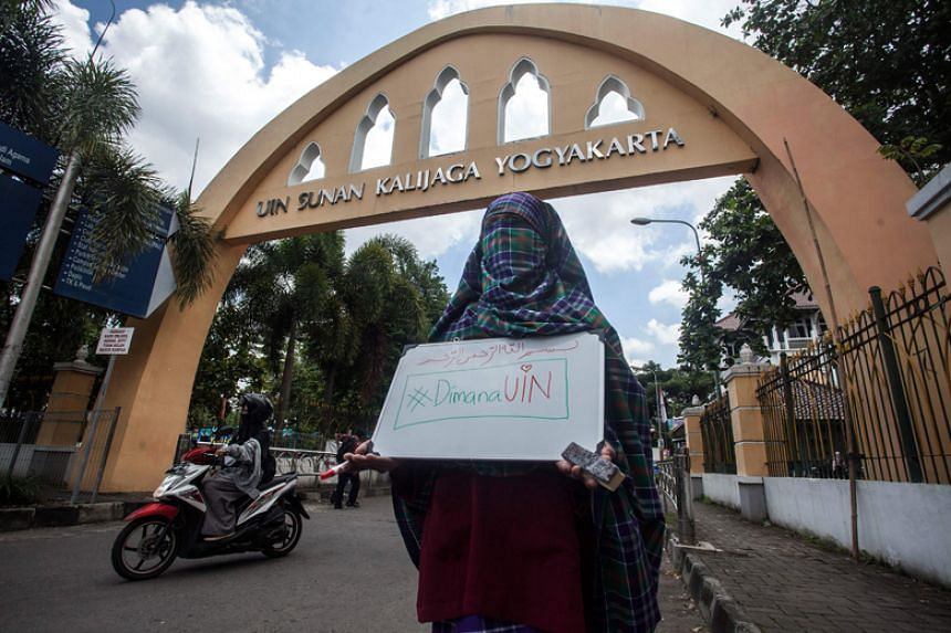 A student wearing a niqab face veil stages a protest against the ban on wearing niqabs at the Sunan Kalijaga State Islamic University in Yogyakarta on March 8, 2018.