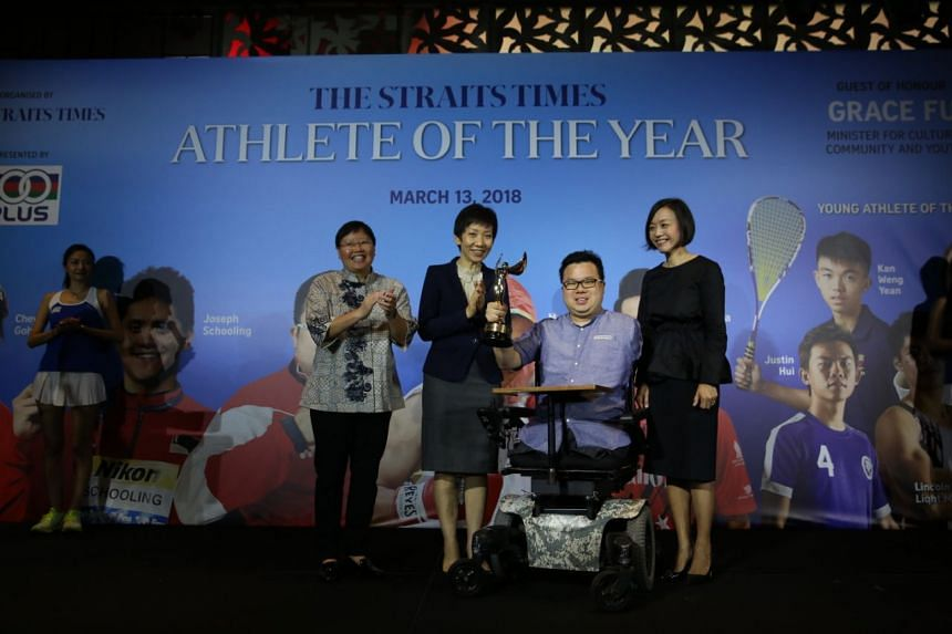 ST Athlete of the Year 2017 Jason Chee receiving his award from Minister for Culture, Community and Youth Grace Fu (second from left) ST sports editor Lee Yulin (left), and F&N's general manager Jennifer See (right).
