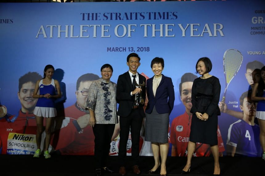ST Young Athlete of the Year Justin Hui (centre) receiving the award from Minister for Culture, Community and Youth Grace Fu (second from right), ST sports editor Lee Yulin (left), and F&N's general manager Jennifer See (right).