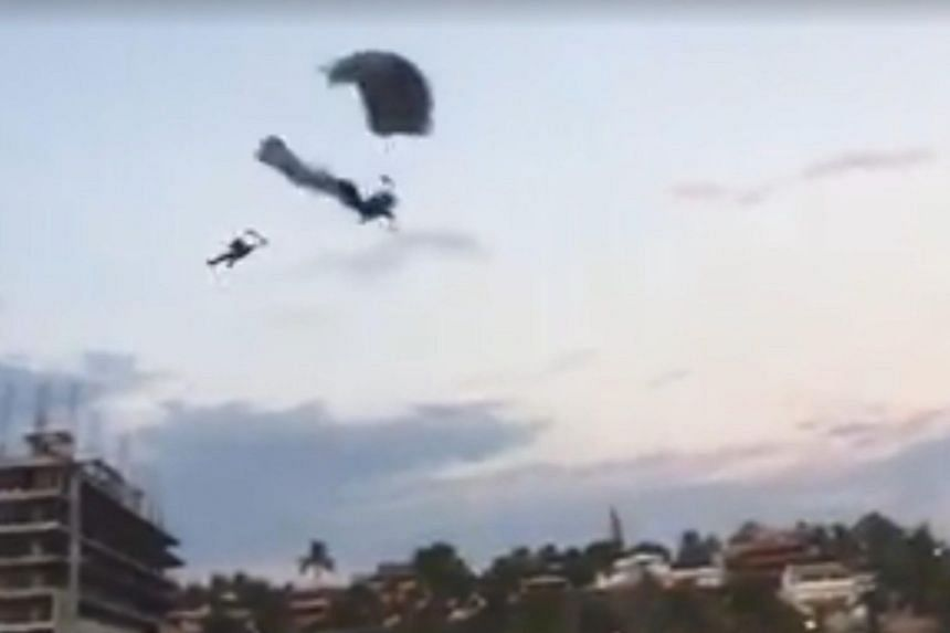 The two parachutists were trying to land on the Zicatela beach in Puetro Escondido when they collided.