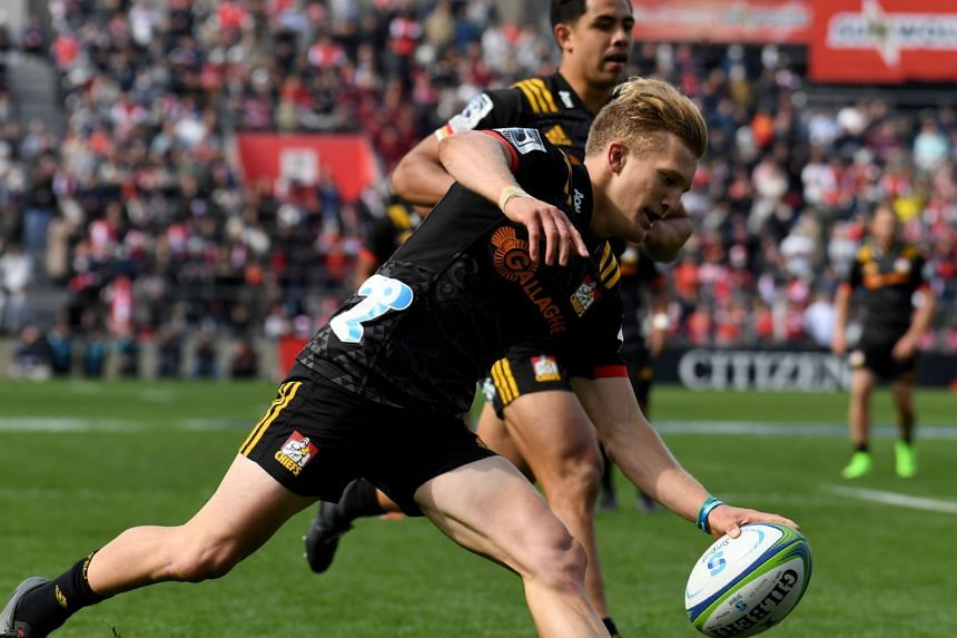 Damian McKenzie of the Chiefs (centre) scores a try during their Super Rugby union match against the Sunwolves at Prince Chichibu Memorial stadium in Tokyo, on March 24, 2018.