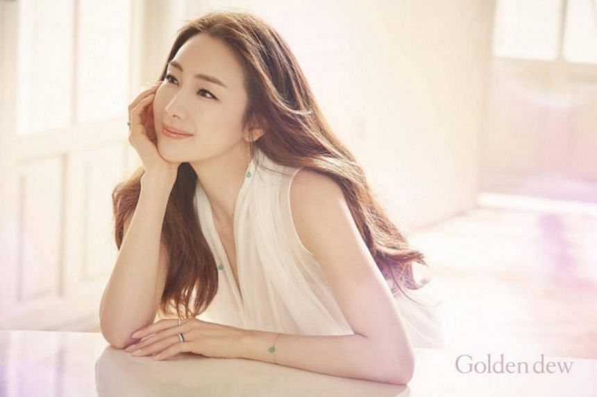 In a handwritten letter, Korean star Choi Ji Woo told her fans that she had to be cautious about revealing the news so as not to burden her in-laws.