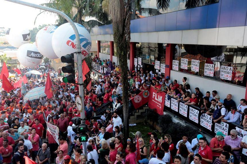Supporters of former Brazilian President Luiz Inacio Lula da Silva protesting, in front of the metallurgic trade union in Sao Bernardo do Campo, Brazil, on April 6, 2018.