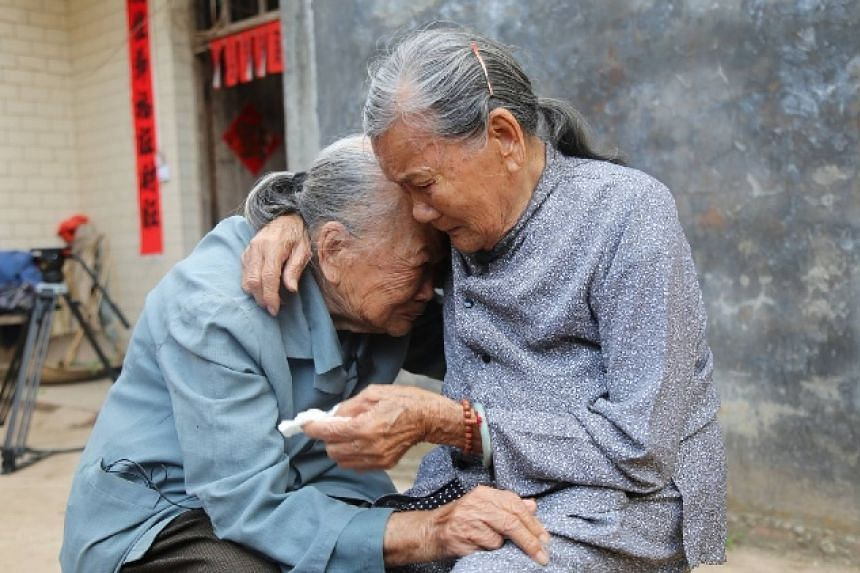 Que Bamei (right) reunited with her long lost half-sister Que Qijie after 79 years.
