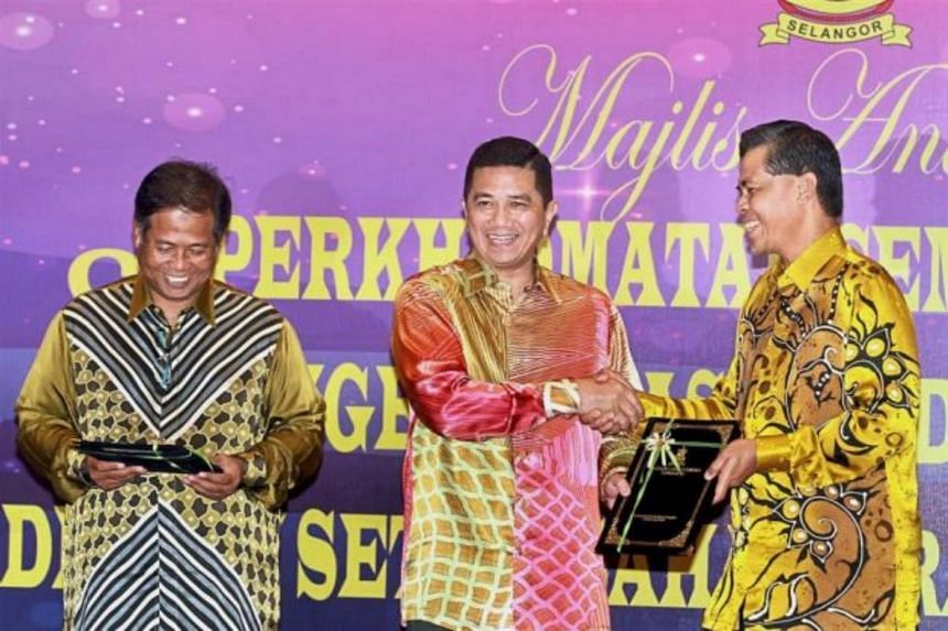 Caretaker Mentri Besar Datuk Seri Azmin Ali (centre) said he has no doubt that government officers and civil servants are mature, smart and wise and can make their own judgement