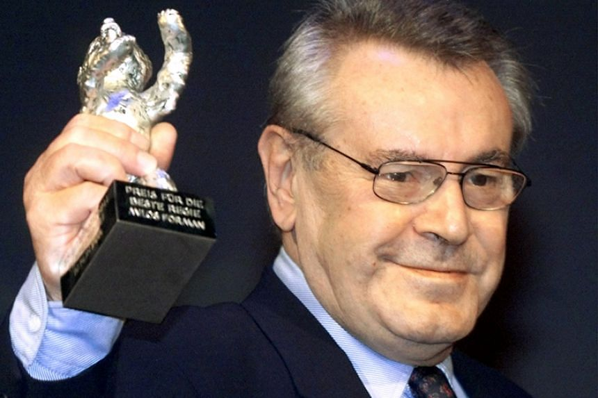 Czech director Milos Forman holds up the Silver Bear Prize at the 50th Berlin Film Festival in Berlin on Feb 20, 2000.
