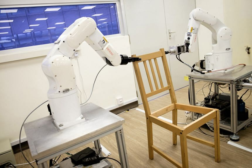 The robot comprises a 3D camera and two arms equipped with grippers to pick up objects.