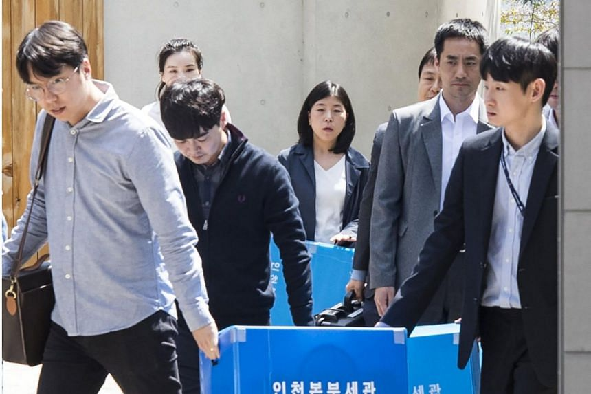 Officials of the Korea Customs Service exit the residence of Cho Hyun Min on April 28, 2018, after searching for evidence over allegations that Cho and her family didn't pay duties on luxury goods brought into the country through the company's flight