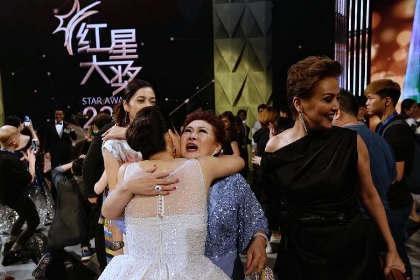Veteran actress Jin Yingji (in blue) receiving a hug from radio DJ Wendy Zeng after being named one of the Top 10 Most Popular Female Artists.