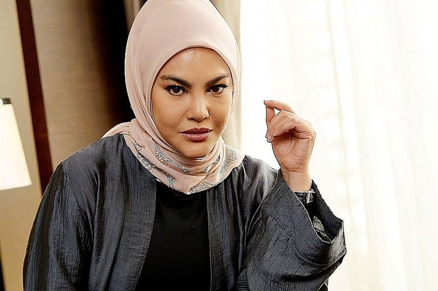 Umie lived with a snake for two months to portray Diana in Dukun. In the movie Dukun, Umie Aida plays Diana Dahlan, a nightclub singer who is also a self-styled healer, or dukun in Malay.