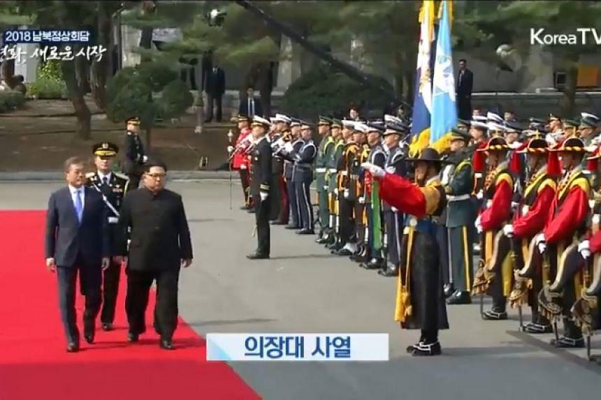 North Korean leader Kim Jong Un and South Korean President Moon Jae In meeting the delegates.