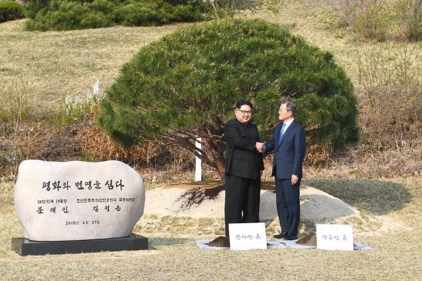 438337af7a4e South Korean President Moon Jae In (right) and North Korean leader Kim Jong  Un