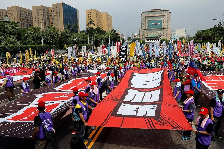 TAIWAN: Organisers say about 10,000 people were at a workers' march in Taipei to voice their dissatisfaction with the government's labour policies. Union groups at the rally represented a range of industries, from metal workers to flight attendants.